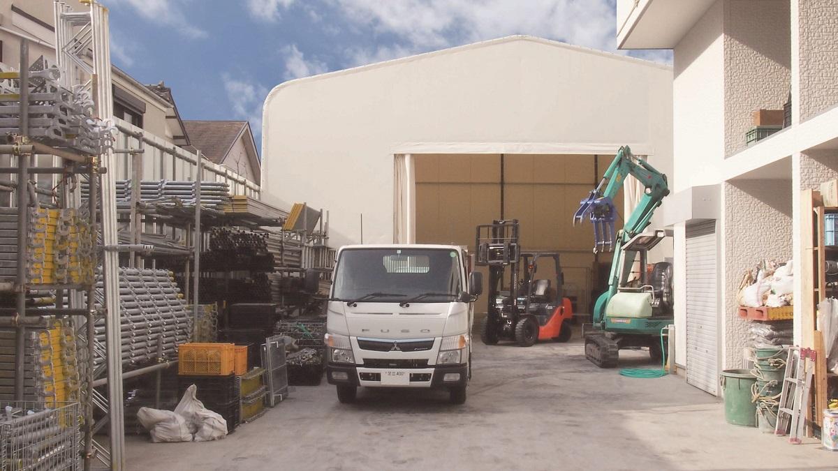 江戸川流通センターでは、大量に一括で建築材料を仕入れ、足場・重機・資材等を自社で管理しており、作業準備・打合せが一か所で出来る仕事の拠点となっております。